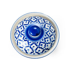 Reisschale mit Deckel aus Thailand. Mit blau-weißem Blumenmotiv.