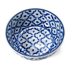 Tom Yum Porzellanschale mit blau-weißem Blumen-Motiv aus Thailand.