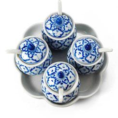 Gewürztöpfchen Set 5-teilig aus thailändischem Porzellan. Mit blau-weißem Ananas Blumenmuster.