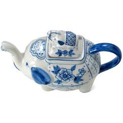 Teekanne in Elefantenform aus thailändischem Porzellan. Mit blau-weißem Ananas Blumenmuster.