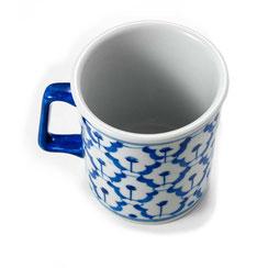 Kaffee- oder Teebecher aus thailändischem Porzellan. Mit blau-weißem Ananas Blumenmuster.