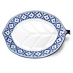 Breiter blattförmiger Porzellan Teller im traditionell thailändischem Blumenmotiv blau-weiß.