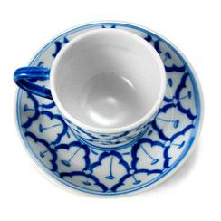 Teetasse aus thailändischem Porzellan. Mit blau-weißem Ananas Blumenmuster.