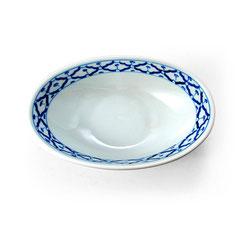 Tiefe Porzellanschale in ovaler Form und mit blau-weißem Blumen-Motiv aus Thailand.
