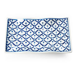 Servierplatte mit geschwungenem Rand aus Porzellan im traditionell thailändischem Blumenmotiv blau-weiß.