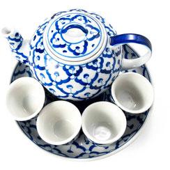 Teekannen Set aus thailändischem Porzellan. Mit blau-weißem Ananas Blumenmuster.
