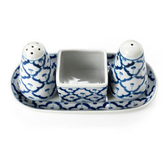 Menage bestehend aus Salz, Pfeffer und Zahnstocherhalter aus thailändischem Porzellan. Mit blau-weißem Ananas Blumenmuster.