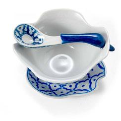 Porzellan Suppenschale mit Entenlöffel und Unterteller aus Thailand. Mit blau-weißem Blumenmotiv.