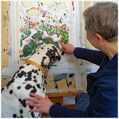 Dalmatiner schaut Kunst für Hunde