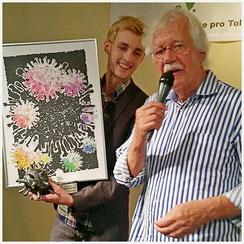 Max-Fabian, Gründer von APROTO übergibt das Kunstwerk Toleranzvirus an Carlo von Thiedemann