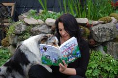 Silke Löffler mit Australian Shepherd Hündin beim Vorlesen