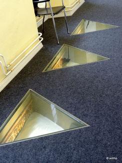 """drei der fünf """"Schaufenster"""" im Fußboden"""