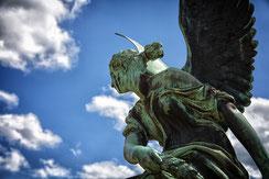 Frauenskulptur mit Himmel