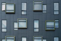 Zum Reinigen und Schutz Ihrer Fassaden setzen wir auf moderne Verfahren. Zum Beispiel können wir Ihre Klinker- und Natursteinfassaden mittels Hydrophobierung gegen Schlagregen, Spritz- und Tauwasser schützen