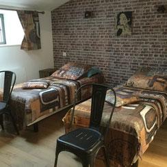 chambre brique 2 lits 1 pl chez la petite marie, gîte à Moncoutant 79