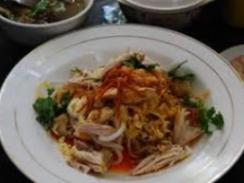 モンディ:米粉を使った太めの麺。鳥ベースのスープで薬味を使いスパイシーにします。