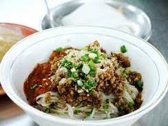 ミーシャイ:米の麺にミンチとピーナツペーストを混ぜたピリ辛ソースをかけます。