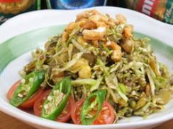 お茶の葉サラダ (ラペットウ):お茶の葉を数種類のナッツなどでさっぱりと仕上げたミャンマーの伝統的なサラダです。