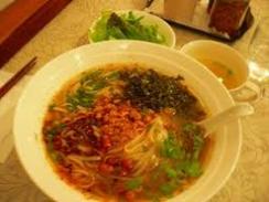 シャンカオスエ:澄んだスープに米の麺。細切りの肉、野菜の漬物など具だくさん。