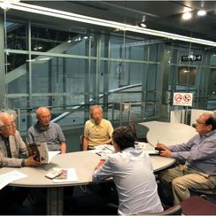 蒲田映画祭実行委員会の会議 円卓を囲む男性たち