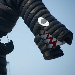 タイヤ公園の巨大なタイヤの怪獣