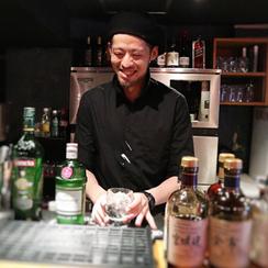 原価BAR店長の沓沢祐介さん