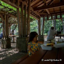 多摩川台公園でお弁当を食べる女の子