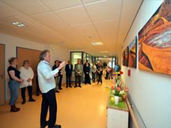 Herr Serth erläutert seine Bilder auf der Palliativstation