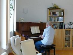 Oberarzt Hellmut Krause am Klavier der Palliativstation