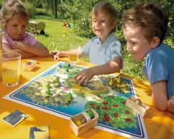 Kinder draußen beim Spielen