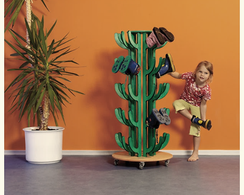 Kind mit Stiefelkaktus