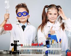 Junge und Mädchen beim Esperimentieren