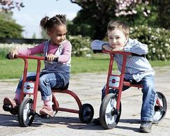 Kinder auf Fahrzeugen