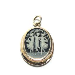 Dieser zauberhafte Kameenanhänger, zeigt drei tanzende Mädchen mit Blütenranken aus feinstem Perlmutt auf mattschwarzem Onyx, oval gefasst.