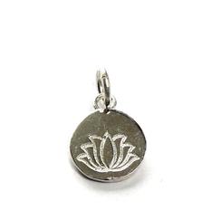 """Symbol Anhänger Lotusblüten Anhänger. Runder Silberanhänger mit  geprägter """"Lotusblüte"""" aus 925 Sterlingilber"""