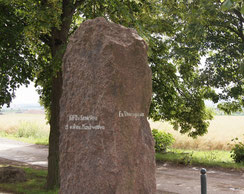 落雷にあった場所にたつ記念碑。左側に「私は修道士になります」と書かれている。