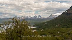 Blick auf die Lapporten, samisch Cuonjávággi. Links der Tjuonatjåkka, rechts der Nissuntjårro