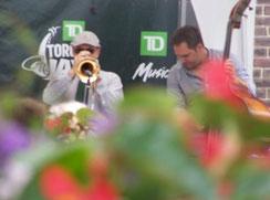 Jazz-Trompeter spielt unter freiem Himmel.