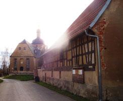 Pfarrhof und Kirche in Gödern