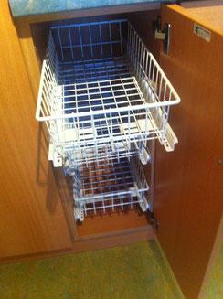 Bild: Küchenschrank mit Körben