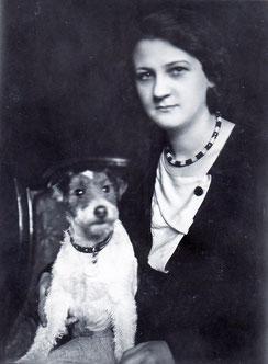"""Großmutter mit Drahthaar-Foxterrier """"Alraune von der Pleissenburg"""" in den 1930ern"""