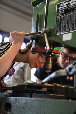 """Selber anpacken und ausprobieren ist im """"Mädchen für Technik-Camp"""" angesagt. Foto: bbw e. V."""