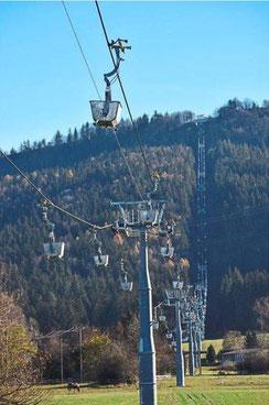 Die neue Holcim-Seilbahn läuft nicht rund, was bei den Anliegern in Dotternhausen für Ärger sorgt.  Foto: Visel