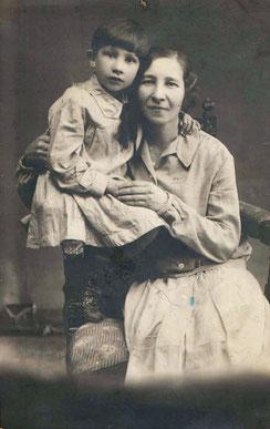 С.Я. Ливанская с дочкой Людмилой. 1930 г. Тихвин