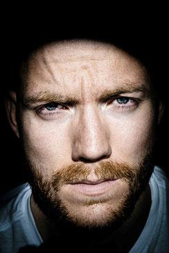 nachdenkliches Portrait eines Mannes, blaue Augen