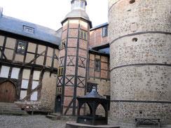 Innenhof der Burg Falkenstein mit aus Stein und Fachwerk errichteten Gebäuden