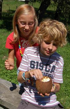 Zeltlagerkinder beim Popkorn futtern
