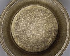 Intérieur du bassin au nom de Hugue IV de Lusignan.