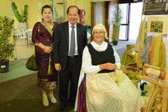 Son Excellence a échangé et discuté du filage dans le Laos, de la soie et  laine. Il a confié que sa mère filait aussi mais que de la soie.