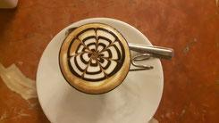 Ein Marochino ist so etwas wie ein kleiner, starker Cappuccino